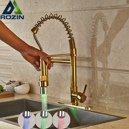 Grifos de cocina luces led online-Venta al por mayor y al por menor Luz LED Golden Kitchen Grifo de cocina Montado en una sola palanca Spring Pull Down Mixer Taps
