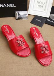 b76ba140d41 Calidad superior de lujo carta de cuero de la cadena zapatos de tacón bajo  zapatillas de cuero de piel de cordero negro moda mujer casual sandalias de  tacón ...