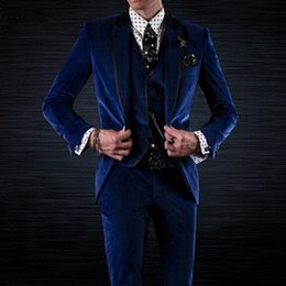 costumes de velours bleu royal Promotion Royal Blue Velvet Groom Smokings pour l'usure de mariage Three Piece Jacket Pants Gilet Noir Peaked Revers Custom Made Party Men Costumes