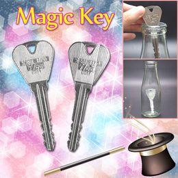 2 Teile / satz Magie Klappschlüssel Lustige Trick Spielzeug für Kinder Jugendliche Erwachsene Einfache Legierung Zaubertrick Requisiten für Gesellschaftsspiele Leistung Geschenk von Fabrikanten