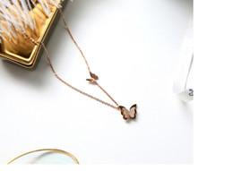 2019 colgante de cisne negro Cisne negro mariposa collar colgante coreano titanio collar de acero chapado en oro de 18 quilates de color rosa cadena de joyería de moda colgante de cisne negro baratos