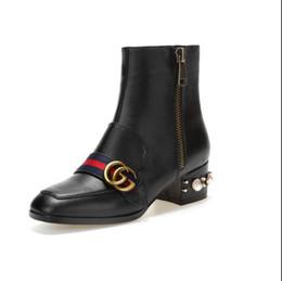 Каблуки ленты онлайн-Новый ' ArrivalTop качество роскошные письмо ленты металла пряжкой низкий каблук короткие сапоги из натуральной коровьей кожи мода женщина жемчужные сапоги DH2A17