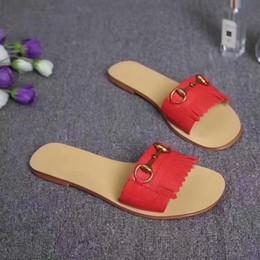 2019 zapatillas de boda zapatos Zapatillas planas Zapatos de boda de la manera de las mujeres Sandalias de cuero genuinas Zapatos de vestir con tiras tachonada de las mujeres con la caja del logotipo zapatillas de boda zapatos baratos