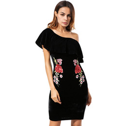 Canada 2018 Volants Hors Épaule Velours Moulante Robe Broderie Sexy Femmes À Manches Courtes Club Wear Robes Parti Hiver Robe LQM023 Offre