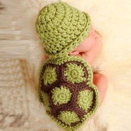Trajes de animales hechos a mano online-Bebé lindo de dibujos animados animal tortuga sombrero costumes fotografía prop hecho a mano recién nacido animal sombrero ropa crochet manto infantil conjunto por mayor