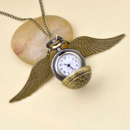 Collar de bolas de oro y plata online-Harri Potter Movie Fans Gold Silver Wings Snitch Toy Watch Cuarzo Pocket Watch Necklace Quidditch Balls Snitch Necklace Juguetes Fly Thief