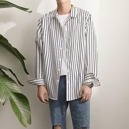 2019 camisa nova homens Outono 2017 novo produto pequeno e fresco preto e branco listras verticais homens camisa de manga longa solto estilo casual moda camisa camisa nova homens barato
