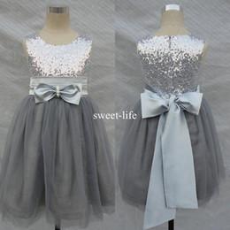 Flores de tul bling online-2019 Una línea corta Bling Bling Flowers Girl Dresses Wedding Silver Grey Lentejuelas Sash Bow sin mangas Tulle Flower Vestidos de comunión formales