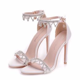 Tacones de aguja nuevas cadenas sexy online-Nueva cadena de cristal de verano zapatos de punta abierta para mujeres súper tacones altos tacón de aguja zapatos de boda sexy tira de tobillo Sandalias de novia