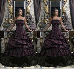 Vestidos de noiva roxos pretos on-line-Vestido de baile Gótico Vestidos de Casamento Preto E Roxo Sem Alças Até O Chão Ruffles 2018 Vestidos de Noiva Plus Size Apliques De Casamento Vestidos
