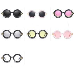 57aade2223 Lindas gafas de sol decorativas al aire libre para mujeres y hombres  Alfabeto marco redondo Gafas de sol PC Cómodos Espectáculos de nariz  Enfriar 4 1lm Y