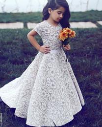 2019 cinto de cetim de cetim branco 2018 New Full Lace Flower Girls Dress para o casamento A linha Jewel pescoço mangas assoalho Lengt Pageant primeiro comunhão vestidos com o trem da corte