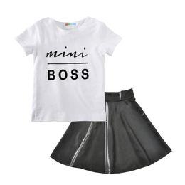 Bebek kız kıyafetleri 2018 yaz çocuklar Boss mektup T-shirt + PU etek 2 adet / takım pamuk Butik çocuk Giyim Setleri H001 nereden