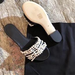 Peep toe pisos perlas online-Beige negro mujeres perlas tachonado zapatillas planas señoras ocasionales mulas zapatos playa diapositivas 5 colores peep toe sandalias flip-flop caja original