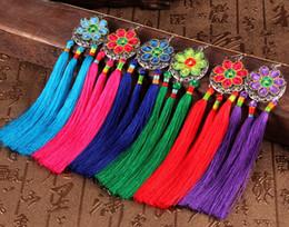 Venta al por mayor viento chino MUJERES 2018 Costumbres populares características Pendientes bordados hechos a mano Borla de la flor cuelga los pendientes de tela desde fabricantes