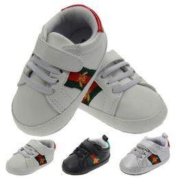 Venta al por menor zapatos para niños recién nacidos bebés bebés niños niñas lienzo sólido antideslizante zapatos suaves zapatillas de deporte parche de algodón para bebé desde fabricantes