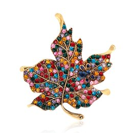 Plantas de diamante online-Pin Crystal Jewelry Diamond Brooch Spot Venta al por mayor Retro Exaggeration Drilling Maple Leaf Brooch Plantas de moda Joyería Temperamento Mujeres