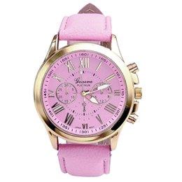Женва смотреть женщины розовые онлайн-Мода римские цифры часы женские часы Женева Кожаный ремешок аналоговые кварцевые часы дамы повседневная розовый наручные часы Reloj #LH