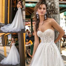 Vestido de casamento incrível de luxo on-line-Surpreendente Prata Lantejoulas Beadings Vestidos De Casamento De Luxo A Linha Querida Backless Appliqued Sweep Train Verão Boho Vestidos de Noiva