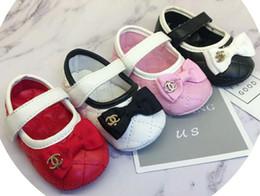 Zapatos año niñas online-Cuero de la PU del recién nacido primeros caminante del muchacho del bebé zapatilla de deporte respirable suavemente único para bebé Zapatos Calzado Bebe 0-1 años blanco