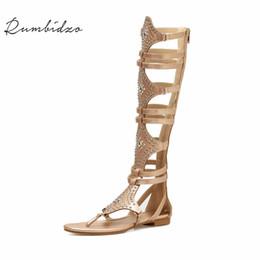 découpes Promotion Rumbidzo Femmes Sandales 2018 Mode Talons Plats D'été Plage Sandalias Découpes Rivets Genou Haute Fermeture Éclair Sandales Sapatos