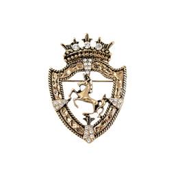 2017 Cross Broche Nuove spille Metrosexual Horse Coat Scudo Badge Vintage Spilla Suit Britannico Crown Pin Accessori di fascia alta supplier rhodium cross brooch da spilla croce di rodiato fornitori