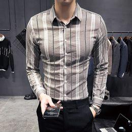 2019 camisa gris oscuro Camisa de manga larga de los hombres ocasionales de la moda Primavera y otoño Nueva M-3XL rayas Camisa delgada de color caqui Gris oscuro Personalidad Juventud Popular camisa gris oscuro baratos