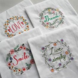 2020 tapete de mesa em tecido New Pure Cotton Table Mat Bordar Carta Sorria Ser Feliz Amor Toalha de Isolamento Térmico Tecido de Arte de Casamento Guardanapos 5 hj Ww tapete de mesa em tecido barato