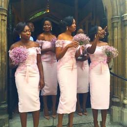 2019 vestido de casamento com bainha de comprimento de chá Barato Sul Africano Rosa Dama de Honra Vestidos de Chá Comprimento Curto Fora Do Ombro Casamento Damas de Honra Vestidos de Bainha Rendas Vestido de Baile vestido de casamento com bainha de comprimento de chá barato