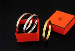 2019 boxen für den verkauf von armbändern 2019 fabrikverkauf hohe qualität promi design brief metall gürtel armband mode brief metall schnalle armbänder mit box rabatt boxen für den verkauf von armbändern