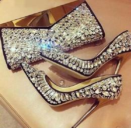 Zapatos de novia de cuentas blancas online-Lujo Negro Blanco Cristal Adornado Bombas Oro Tacones de aguja Bombas Jeweled Mujeres en punta del dedo del pie con cuentas zapatos de boda nupcial
