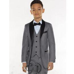 Дешевые серые галстуки онлайн-Three Pieces Grey Boys Tuxedo Cheap Real Picture Boys Dinner Suits Formal Suits Tuxedo Kids Tuxedo(Jacket+pant+vest+tie)