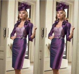 2019 chaqueta de color violeta hasta la rodilla 2018 elegante longitud de la rodilla vaina madre de la novia vestidos con chaqueta púrpura formal de las señoras desgaste de la boda vestido de invitado chaqueta de color violeta hasta la rodilla baratos