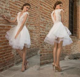 Mini vestido de noiva sem costas on-line-Lace elegante Appliqued Backless Vestidos de casamento com mangas Cap A linha Deep V-Neck Na altura do joelho Tulle Tiered vestidos de noiva curtos
