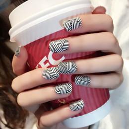 Pregos acrílicos brancos pretos on-line-Forlamente Cool Stripes Unhas Postiças 24pcs Black White Nails Dicas em caixa de acrílico Oval Full Short Fingers Dicas com Designs
