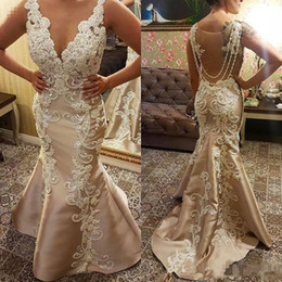 Pérolas contas de coral on-line-Custom Made Champagne Beads Mermaid Prom Dresses New Lace Appliqued Pearl Deep V Neck Sweep Train Formal Evening Special Occasion Gowns