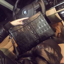 Sacchi di messaggero teschi online-La borsa diretta degli uomini di marca della borsa degli uomini diretti della fabbrica ha impresso gli uomini imprecisi a mano delle borse di modo borsa del messaggero del punk del ribattino di modo grande borsa di cuoio del messaggero