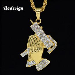 2019 rezar collar Uodesign Hip Hop Nueva oración Manos y pistola Collar colgante para hombres Lujo helado hacia fuera Mosca Orar eace Rhinestone Pandent rezar collar baratos