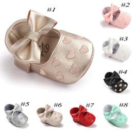 Zapatos de bebé de suela blanda corazón online-Bebé corazón zapatos de arco infantil de cuero de la PU Prewalker hollow corazón Princesa zapatos Suave antideslizante suela zapatos recién nacido