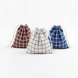 Bolsas de lino blanco online-¡¡¡En stock!!! Bolso del regalo de la Navidad Bolsos del saco del lazo del lino de la lona del algodón con el enrejado rayado de Navidad Marrón azul blanco para los regalos Caramelo