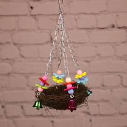 Puestos de aves online-Encantadora Paja de Madera Trenzada Aves Nido Columpio Loro Soporte Colgar Masticar Juguete Mascota Jaula Para Perico Cockatiel Lovebird Budgie 9 5sa Y