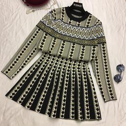 2018 otoño invierno mujer prendas de punto vestido de manga larga jersey de  punto + falda plisada de dos piezas Chica Estudiantes Faldas conjunto 4a9d91501e08
