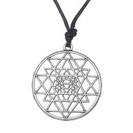 Canada Fishhook Indien Religieux Réglable Plaqué Rhodium Alliage Diamant Triangle Lune Roue Pendentif Collier Ornement pour Cours De Yoga Étudiants Offre
