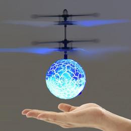 2019 bola remota Novos Brinquedos para Crianças Aerocraft Indução suspensão controle remoto Bola de diamante de cristal LED cor da lâmpada de indução bola voadora T4H0363 bola remota barato