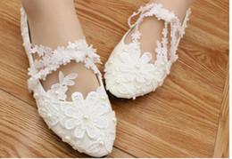 Zapatos de boda cómodas damas de honor online-Blanco de dama de honor de encaje con zapatos planos cómodos mano zapatos de la novia del cordón del diamante demostración de los cuadros