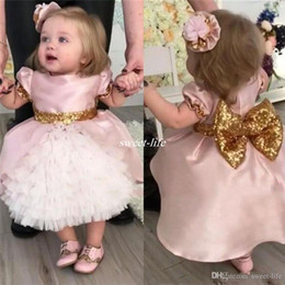 2018 Cute Pink Bow Wedding Flower Girls Abiti bambino primi vestiti di comunicazione con paillettes oro Tiered Tea Length Party Ball Gown da