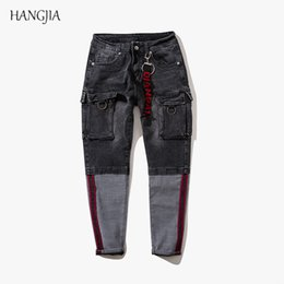 Jeans Hip Hop Color Color Block da uomo 2018 Tide Pantaloni da uomo slim  fit in denim multitasche con cuciture a righe 3f752ad01dd1