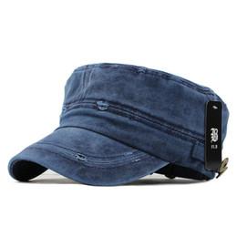 Cappuccio militare beige online-2018 Classic Vintage Flat Top Mens lavato berretti e cappello regolabile più spesso berretto invernale caldo cappelli militari per gli uomini
