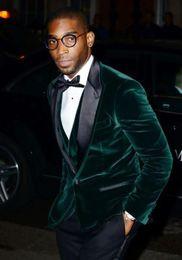 Pajarita de terciopelo verde online-Esmoquin de boda Burgundy Velvet Slim Fit Groommen Dark Groommen Best Man Trajes de baile Pantalones negros (chaqueta + pantalón + pajarita + pañuelo)