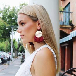 2019 серьги CocoWillow золотой металлический диск кисточкой бахрома серьги, заявление падение кисточкой серьги, богемный стиль ювелирные изделия для женщин дешево серьги